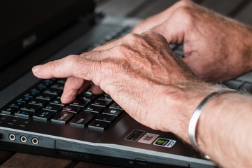 laptop-hand-typing-working-technology-old-770100-pxhere.com